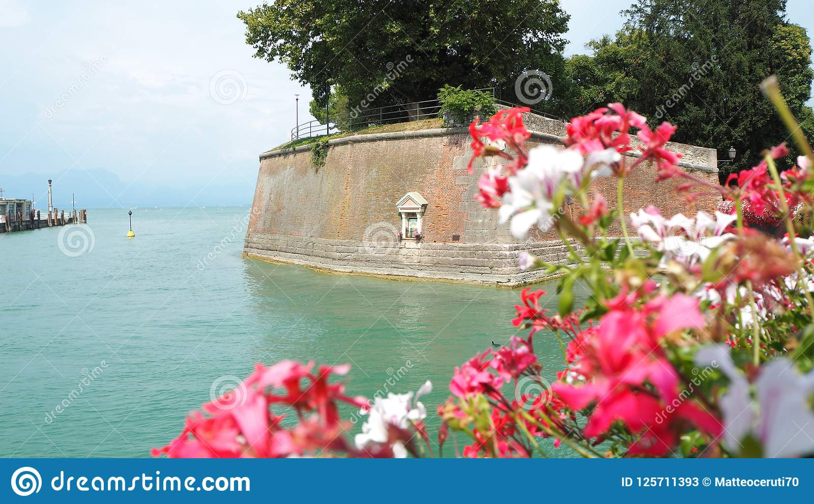 Peschiera del Garda, Itália O centro da cidade histórico bonito Passeio e entretenimento ao longo do canal da água Lago Garda