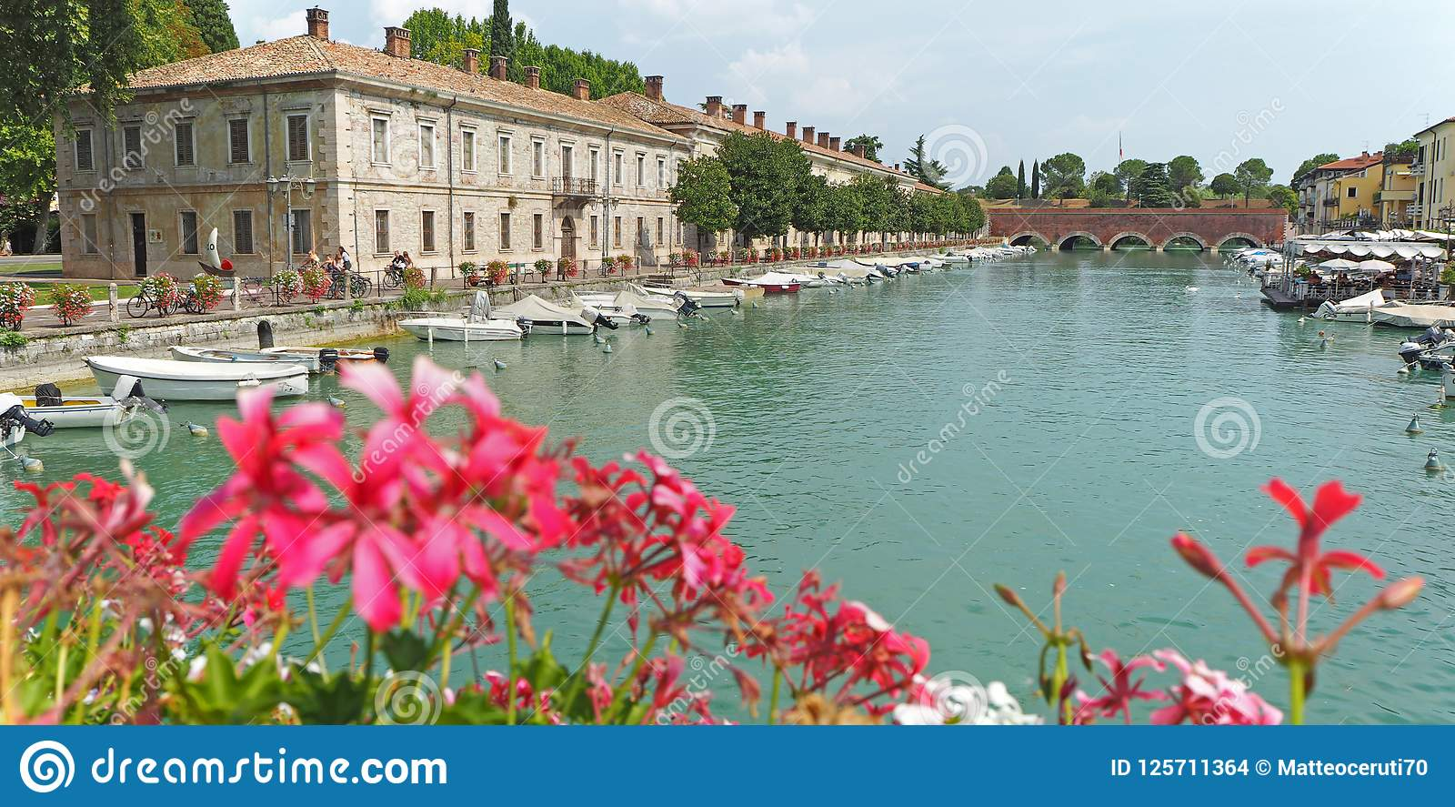 Peschiera Del Garda, Włochy Piękny dziejowy centrum miasta Deptak i rozrywka wzdłuż wodnego kanału Garda jezioro