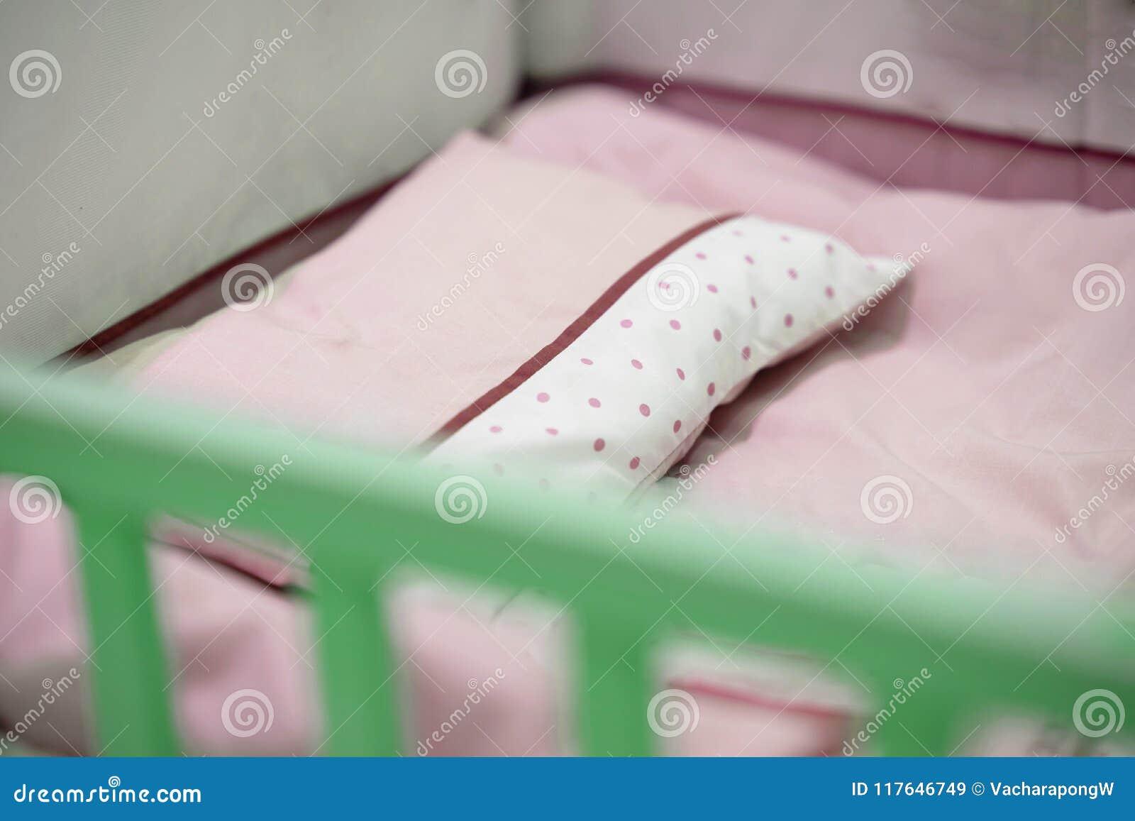 Pesebre rosado vacío del bebé del tono