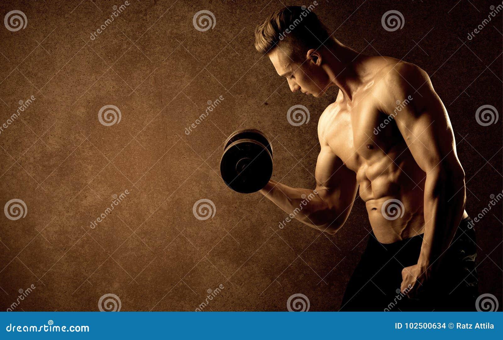 Peso de levantamento do atleta muscular do halterofilista do ajuste