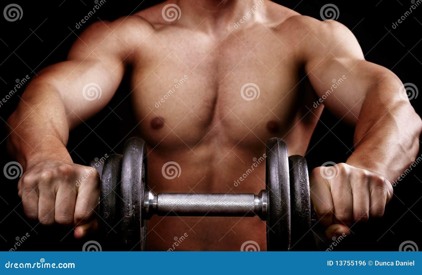 Peso muscular poderoso do exercício da terra arrendada do homem