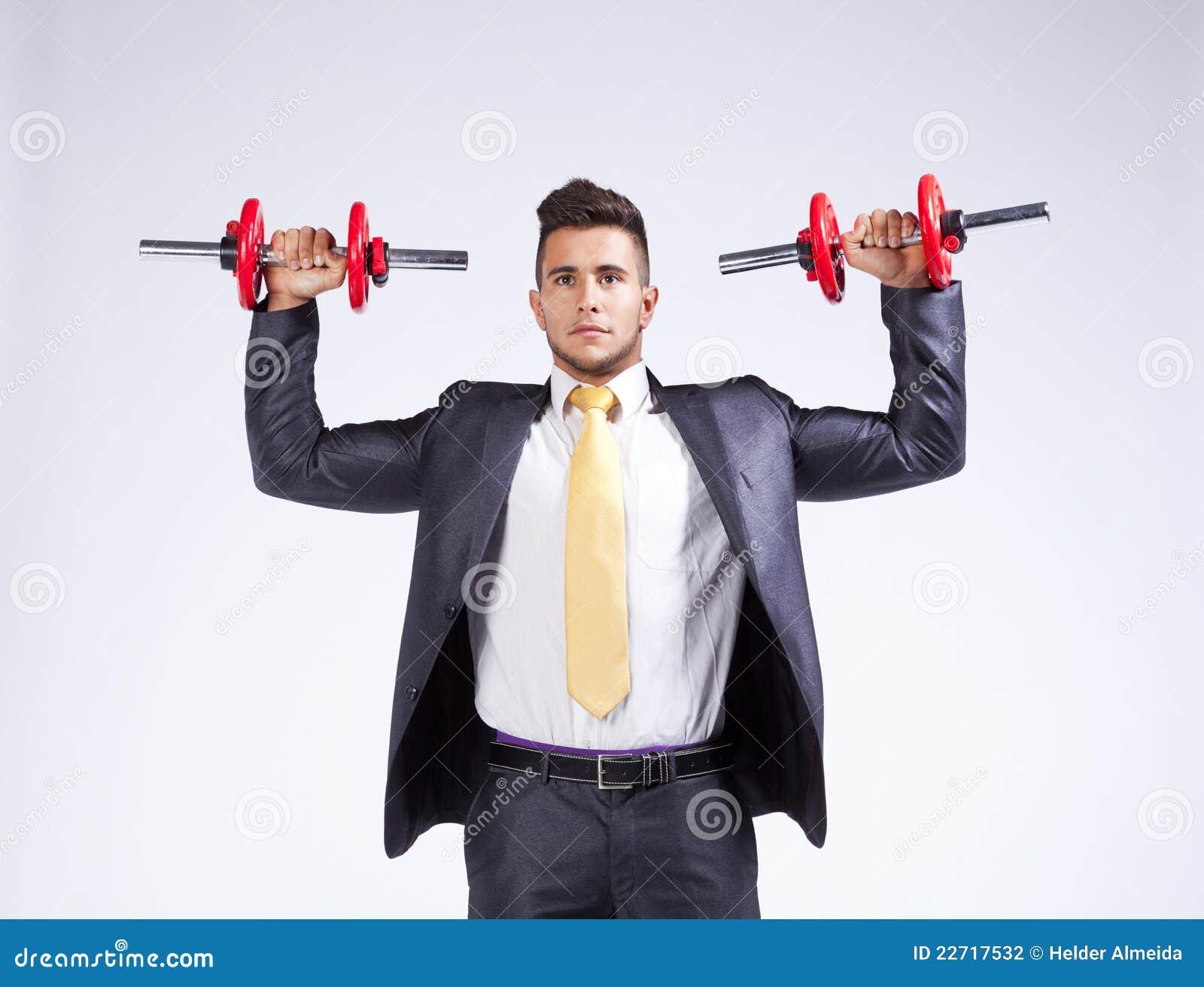 Pesos de elevación del hombre de negocios