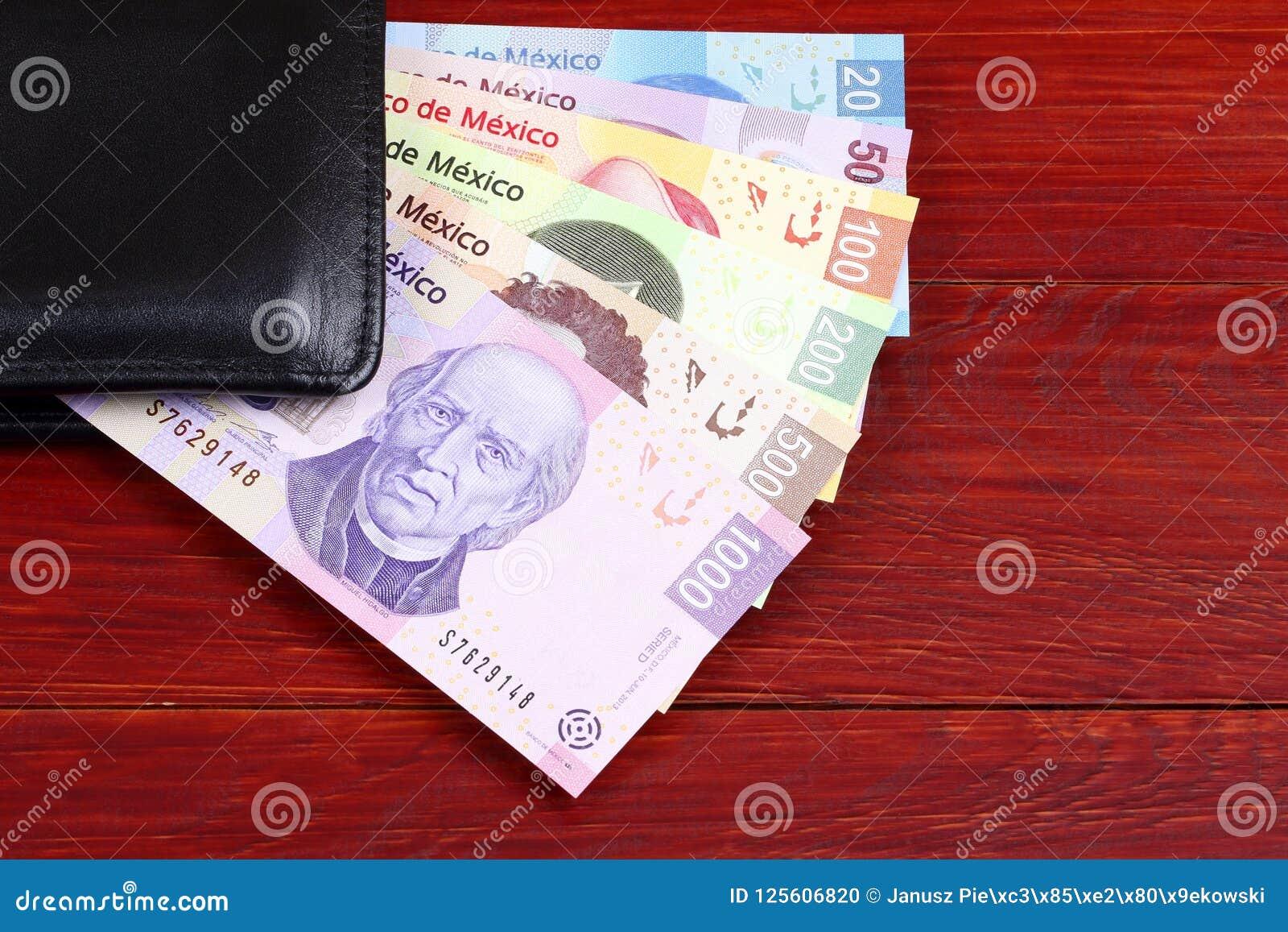 895b467b9 Pesos Mexicanos En La Cartera Negra Foto de archivo - Imagen de ...