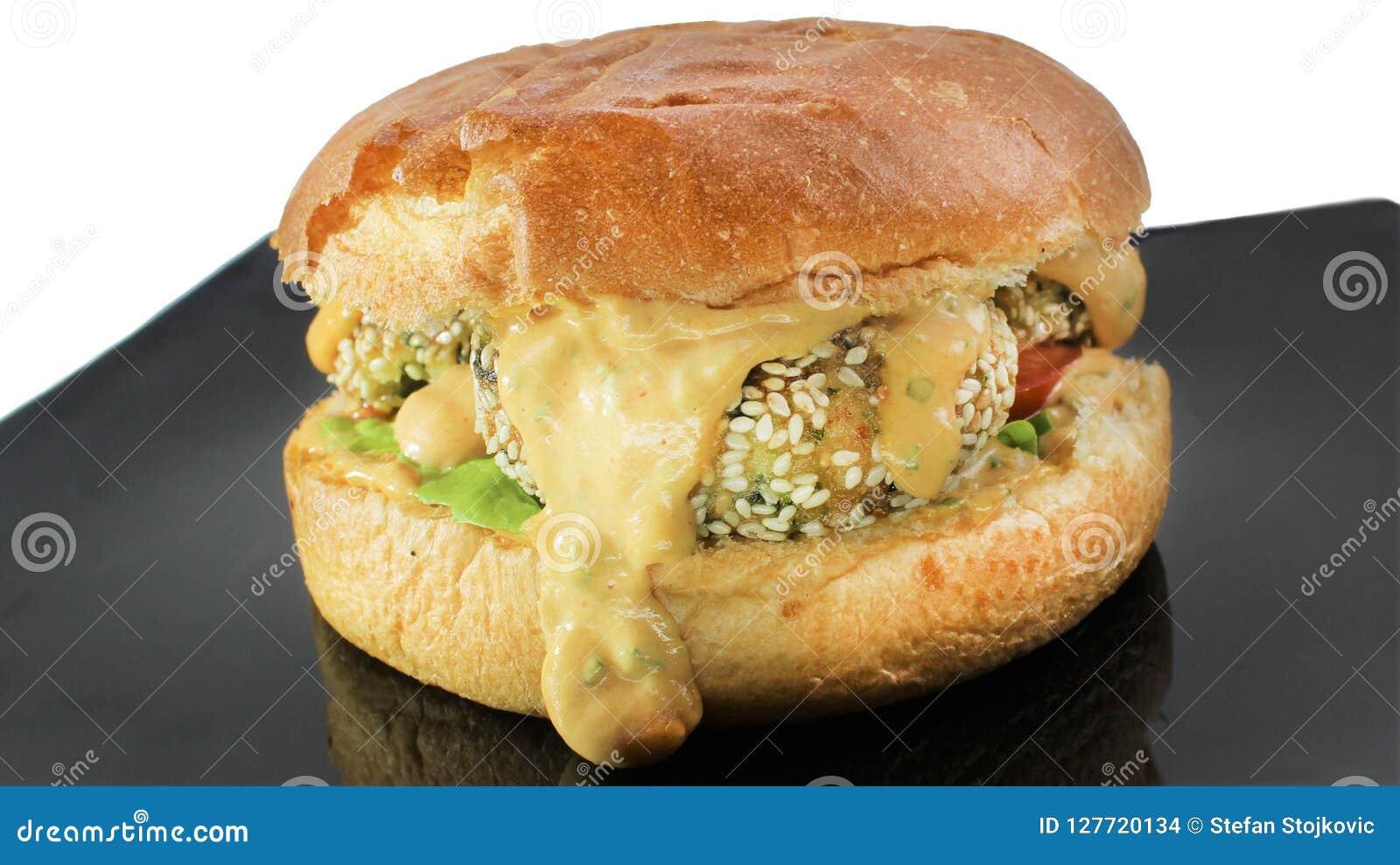 Pesque la hamburguesa del queso con la salsa de queso y el aioli