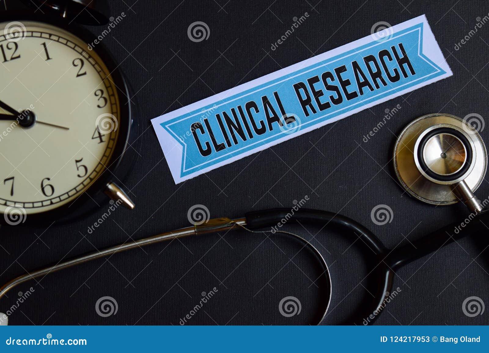 Pesquisa clínica sobre o papel da cópia com inspiração do conceito dos cuidados médicos despertador, estetoscópio preto