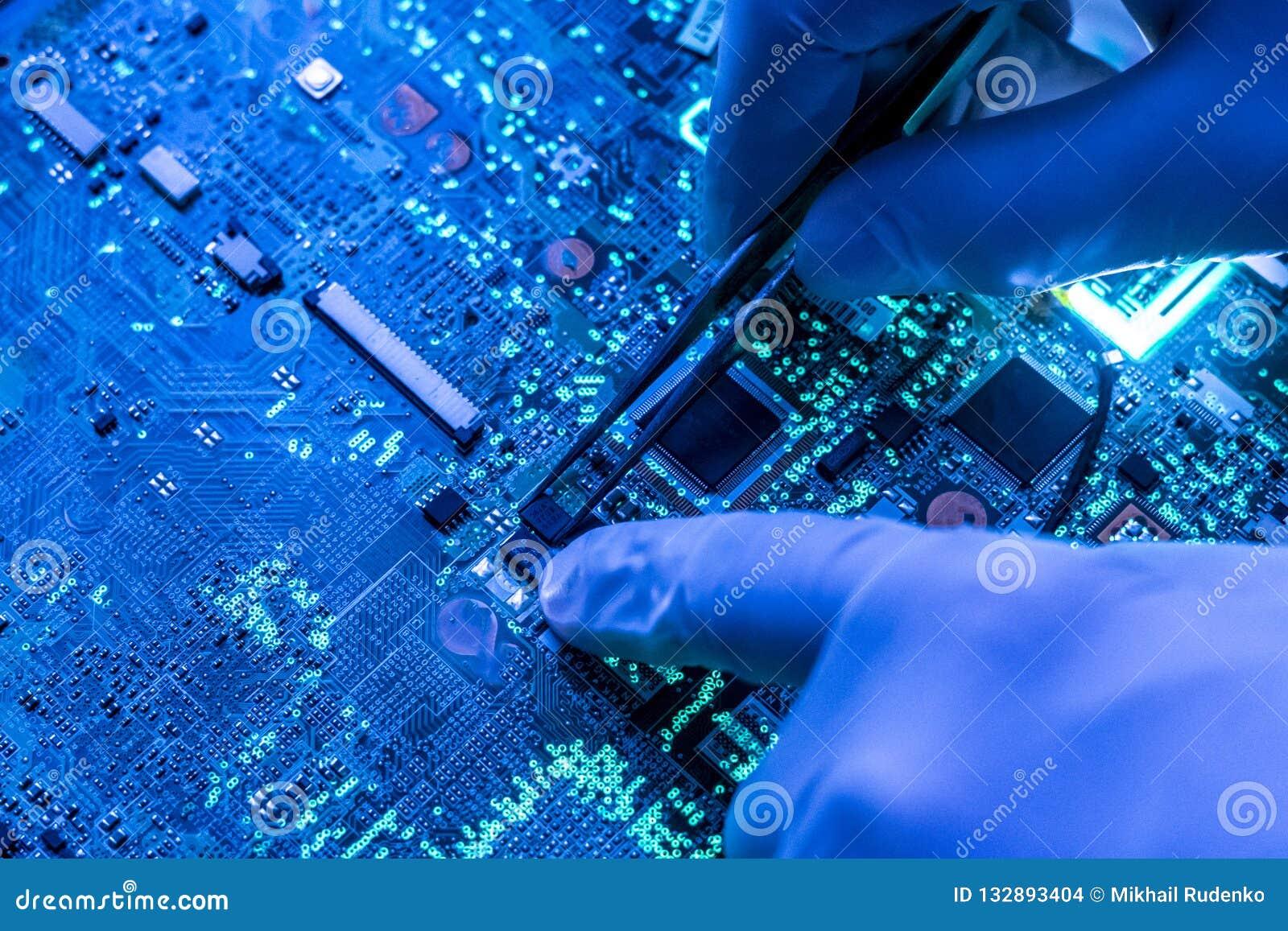 Pesquisa do cientista e para criar a micro microplaqueta eletrônica da tecnologia no laboratório f