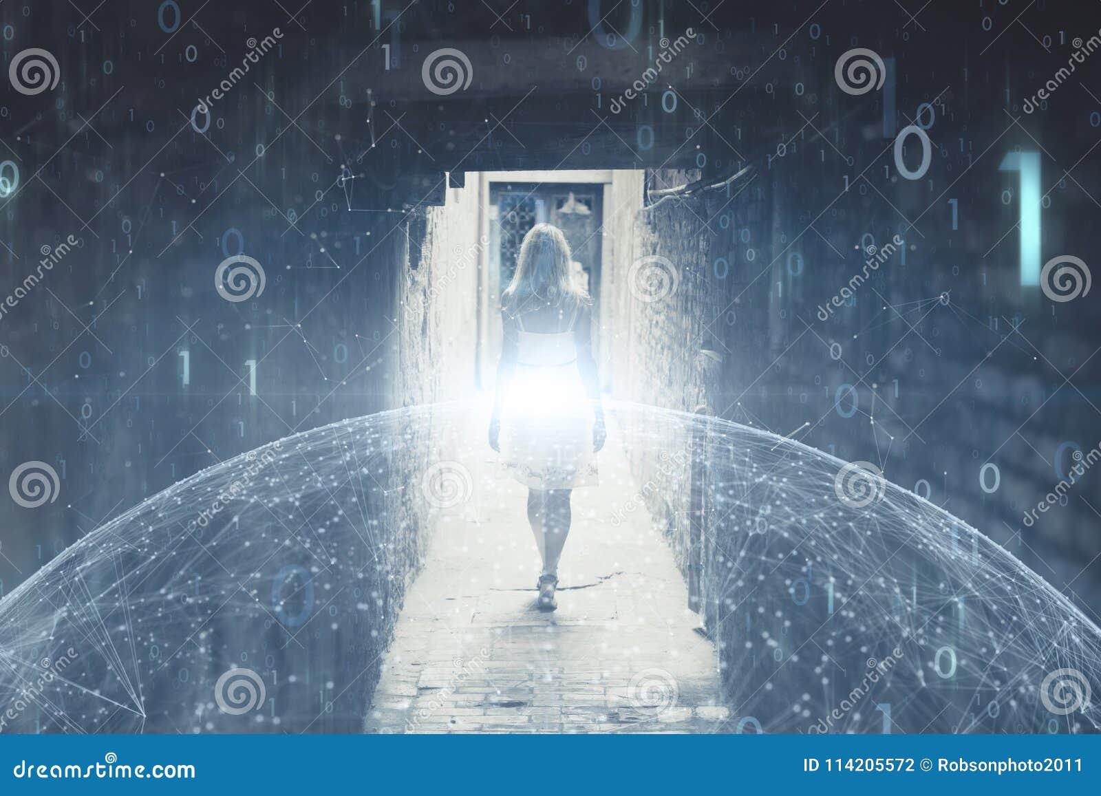 A pessoa da mulher anda com fundo artístico do Cyberspace do computador