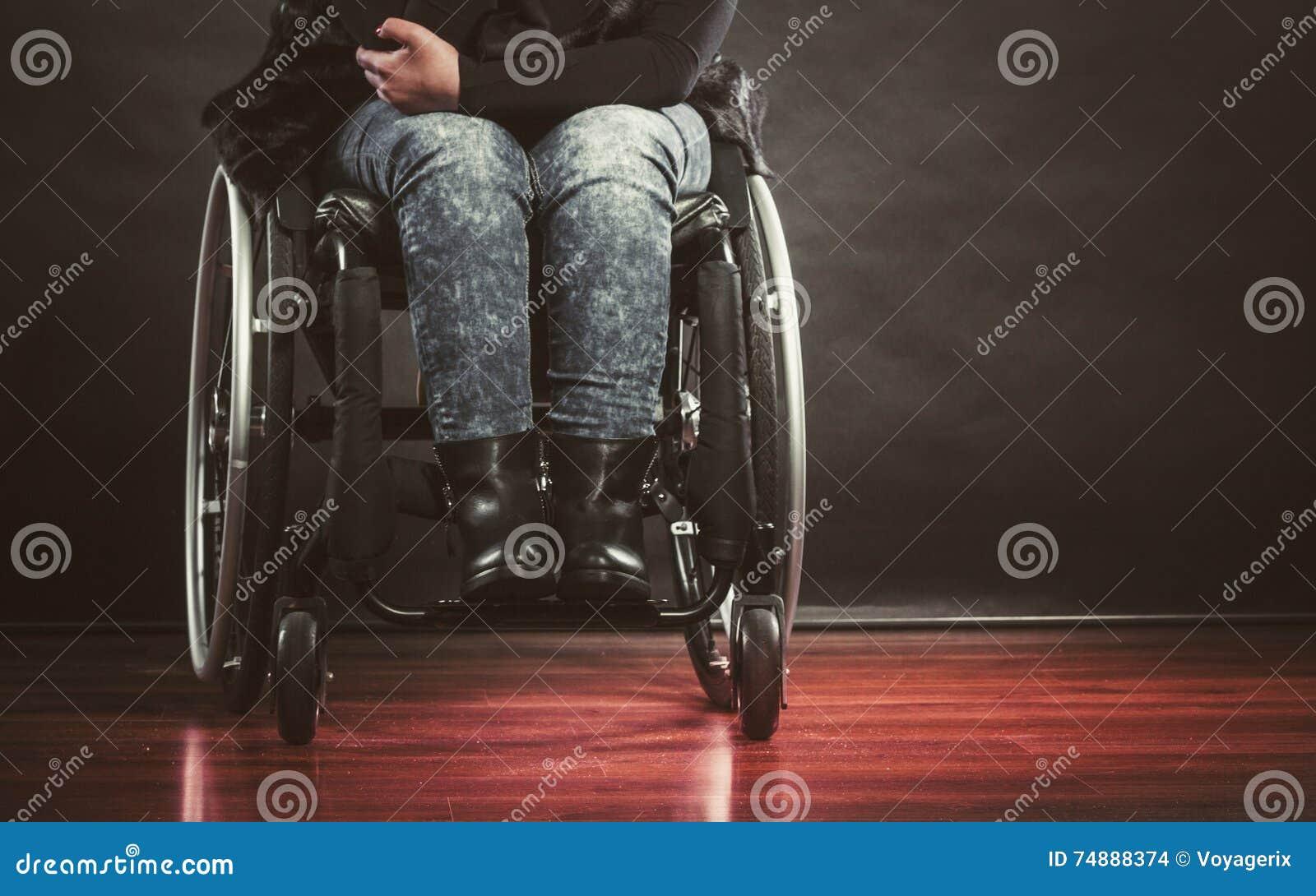 Pessoa deprimida na cadeira de rodas