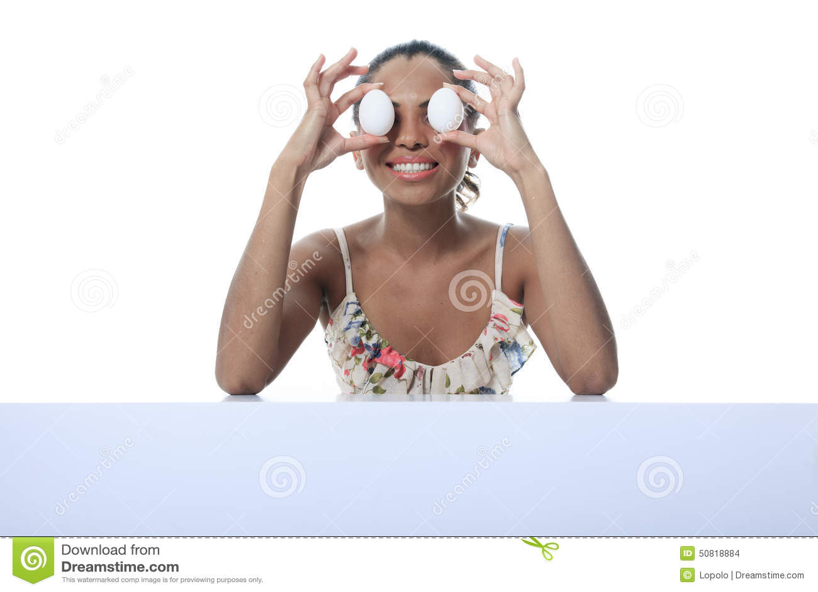 Pessoa do mulato que come o ovo dois na frente do olho