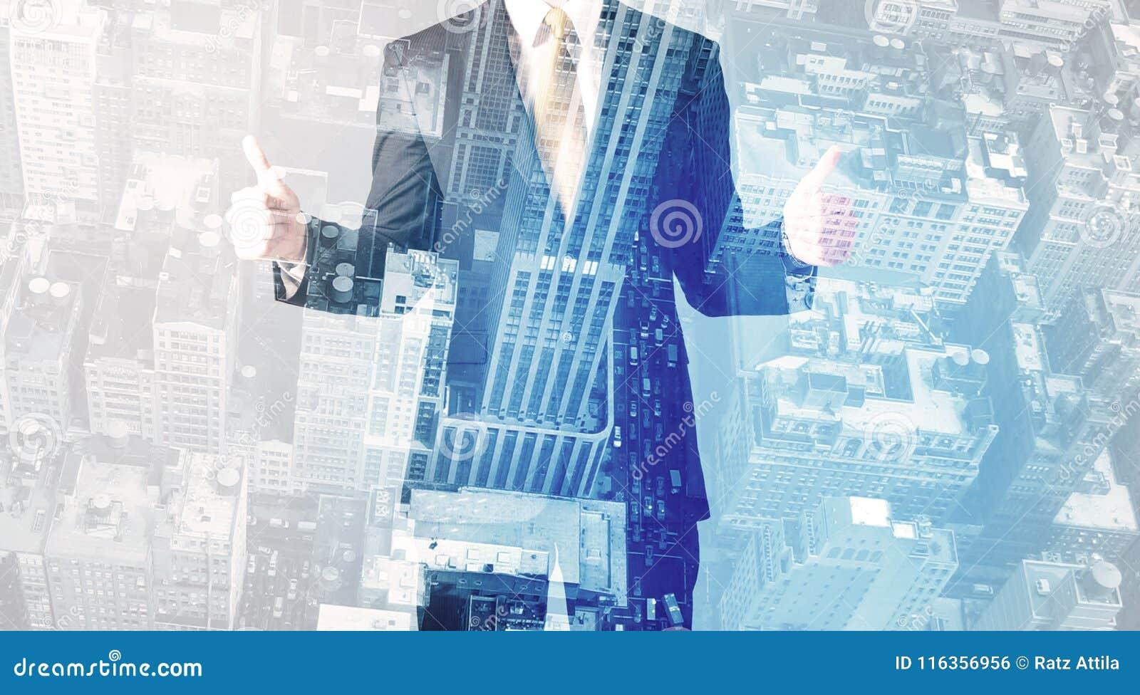 Pessoa do negócio que está com arquitetura da cidade no fundo