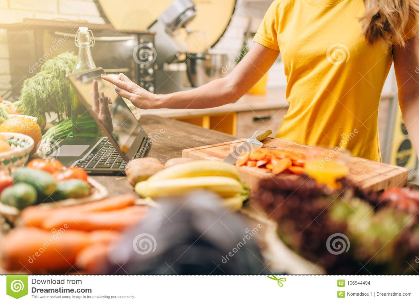Pessoa fêmea que cozinha na cozinha, alimento saudável