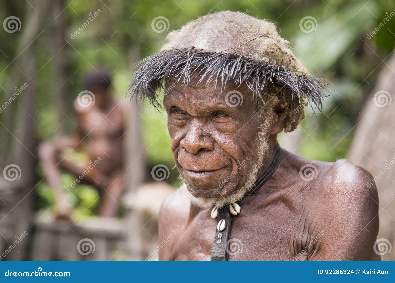 Pessoa idosa do tribo de Dani em uma vila
