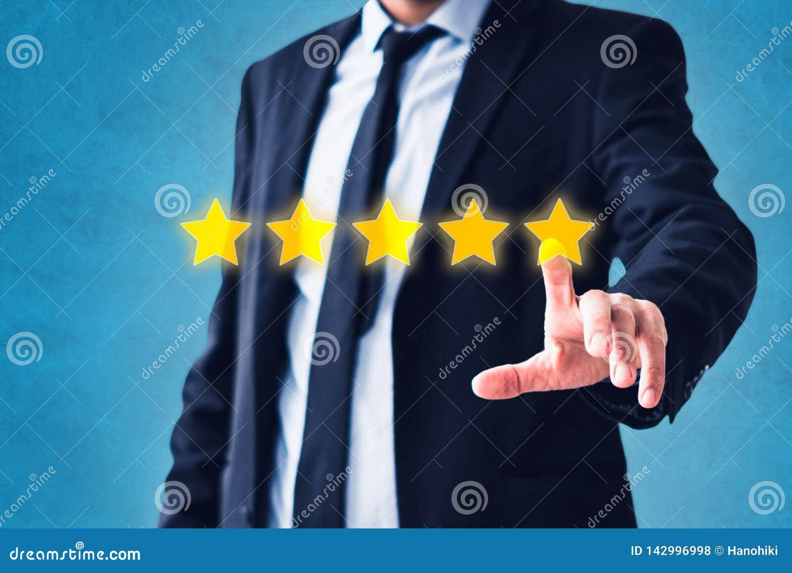 Pessoa que aponta na revisão de 5 estrelas, conceito do feedback do traje - avaliação de cinco estrelas