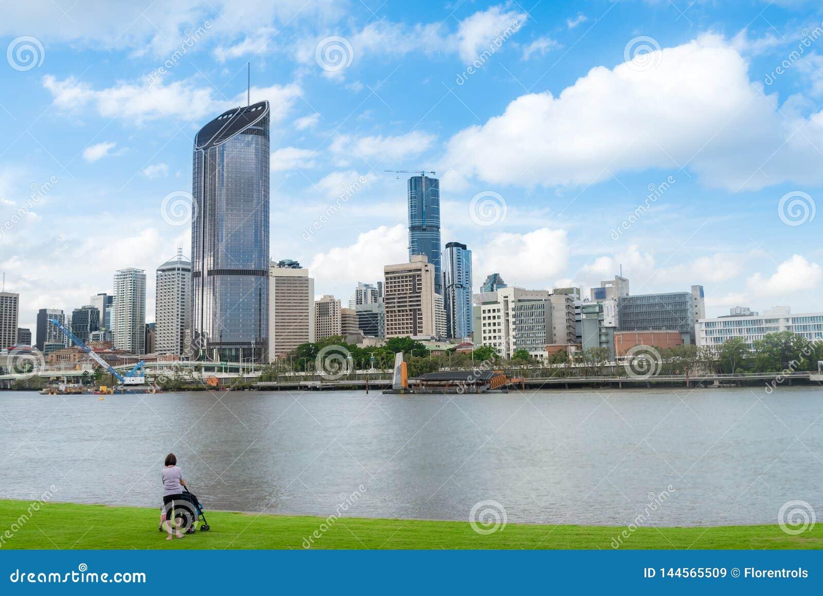 Pessoa que olha a skyline da cidade de Brisbane