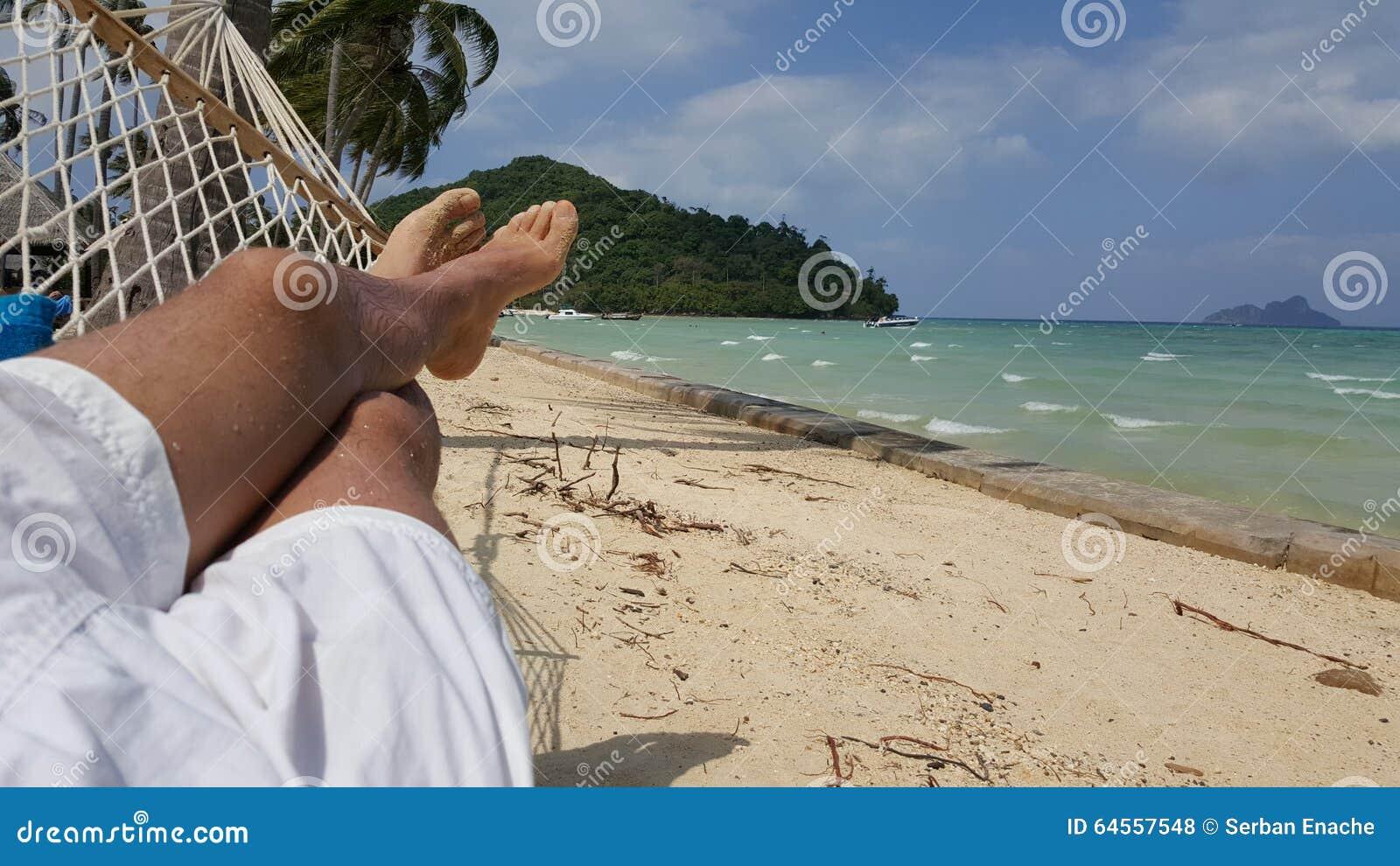 Pessoa que relaxa em uma rede