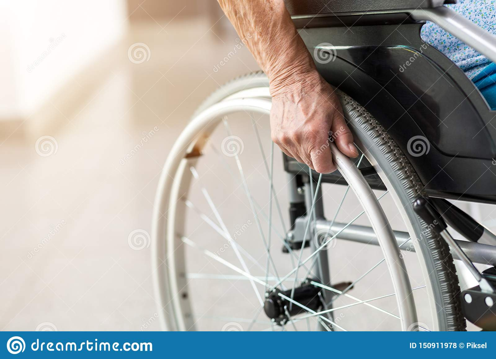 Pessoa superior que senta-se na cadeira de rodas