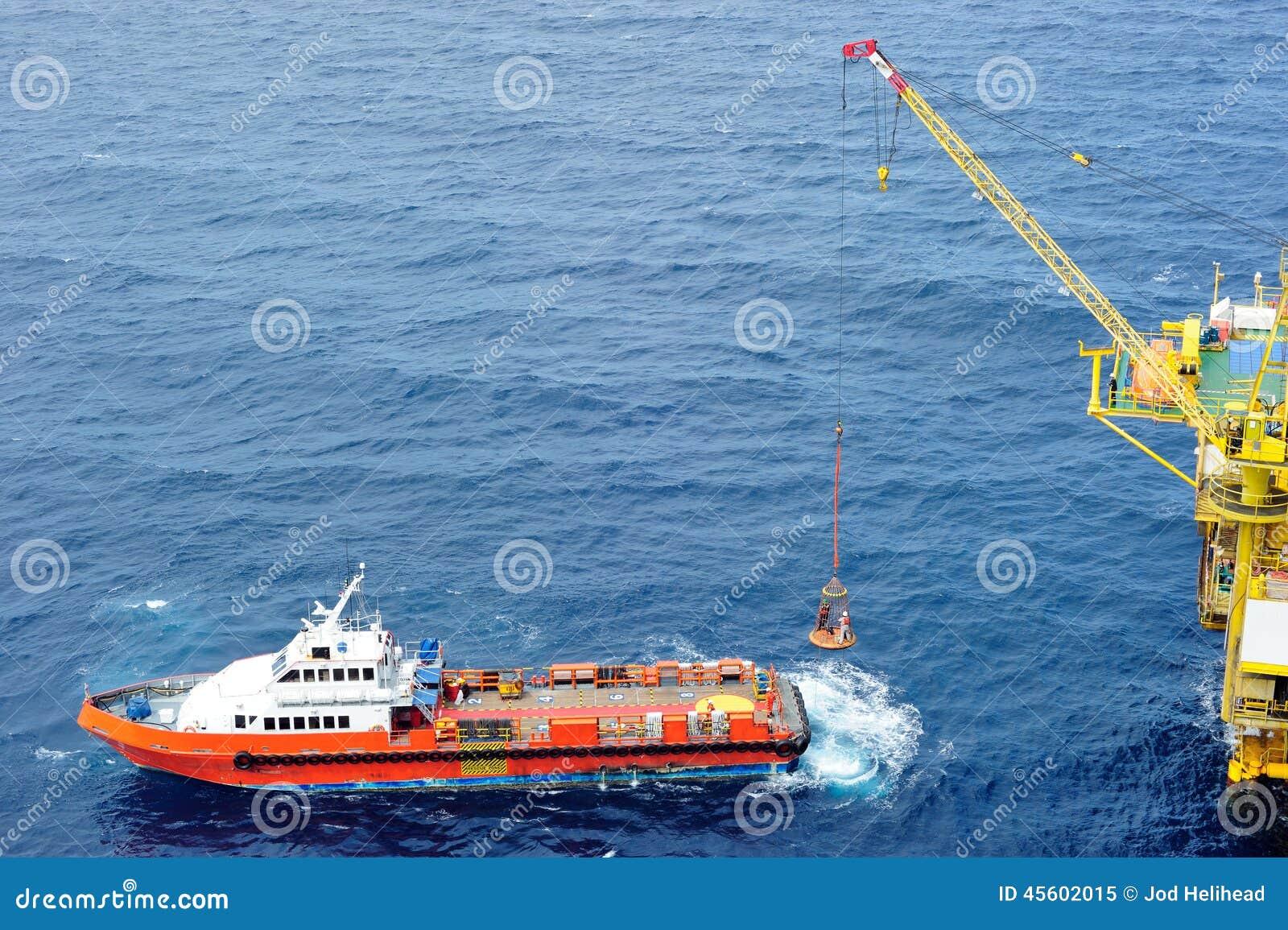 Pessoais a pouca distância do mar de transferência à plataforma petrolífera