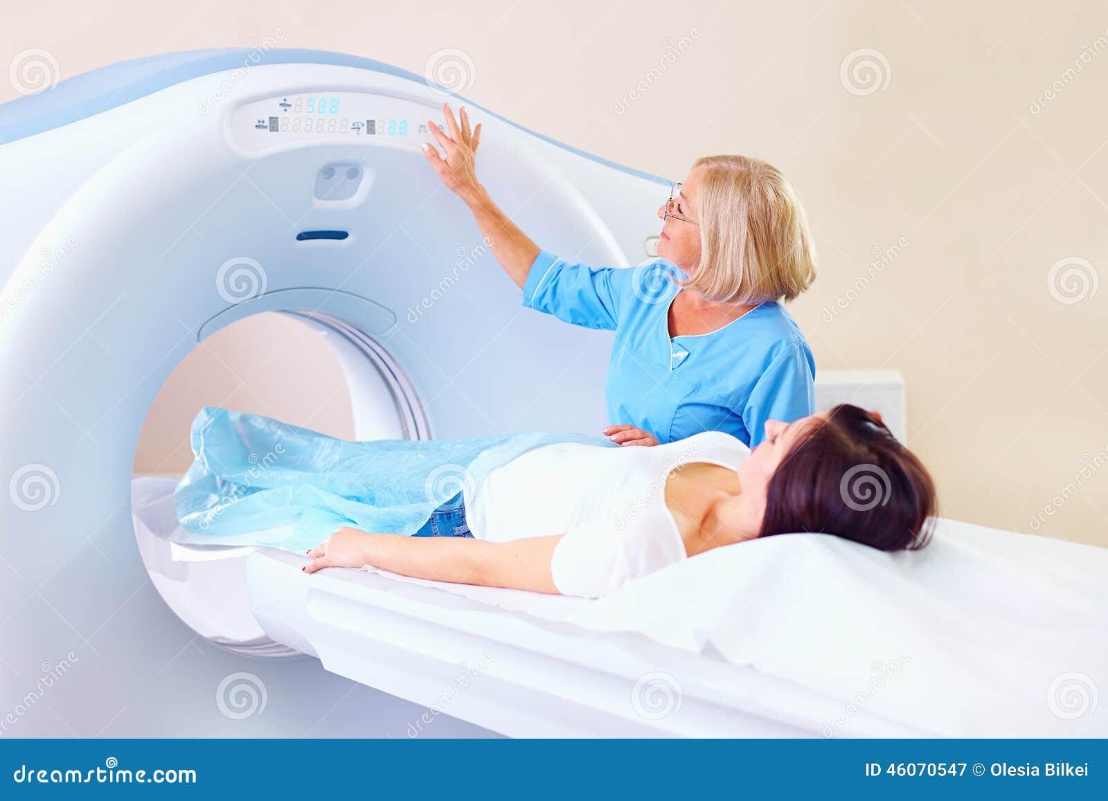 Pessoal médico adulto meados de que prepara o paciente ao tomografia