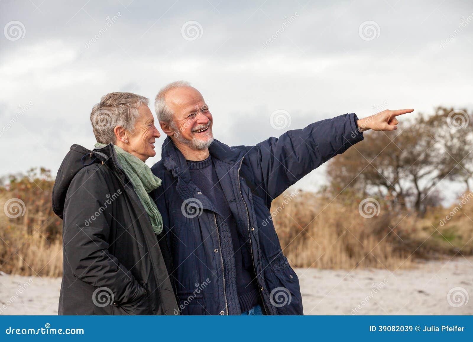 Pessoas adultas superiores dos pares junto exteriores