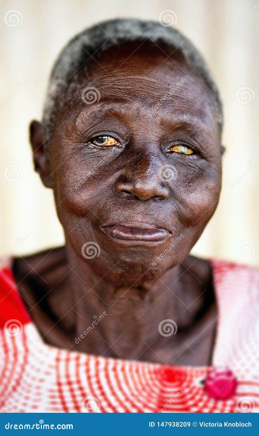 Pessoas idosas em uma vila em Uganda