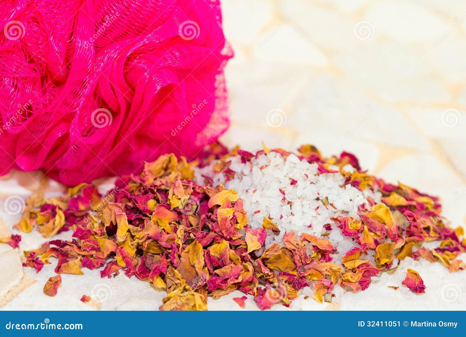 Petali rosa e sali da bagno profumati in una stazione - Sali da bagno effetti ...