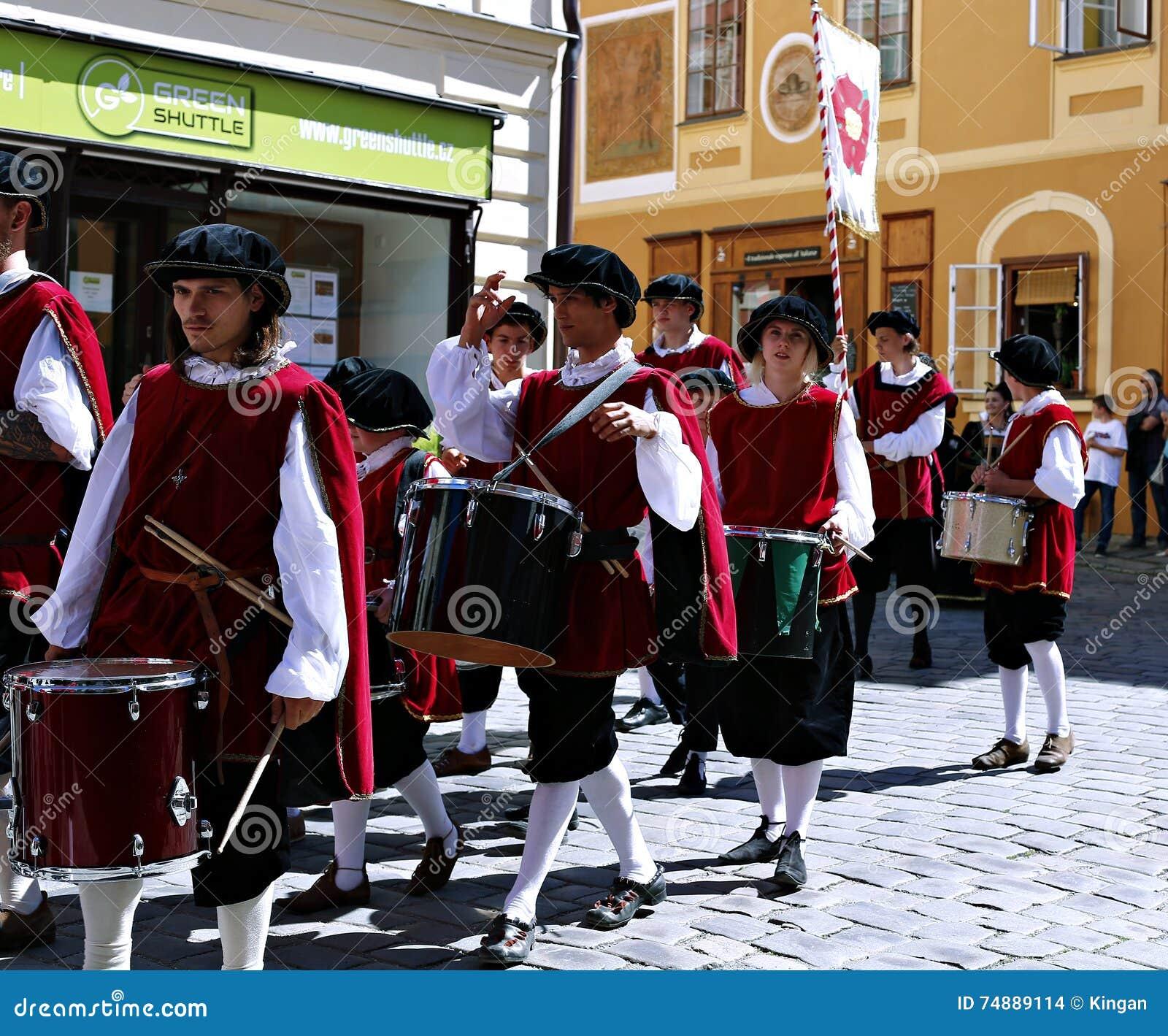 Petalled Różany festiwal na bystreet w Cesky Krumlov