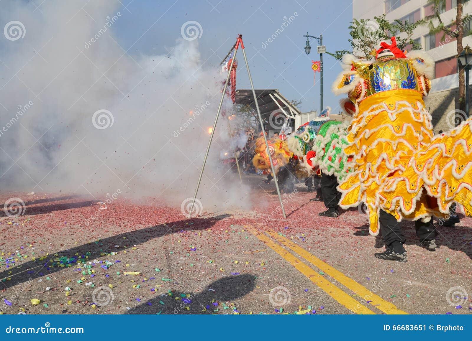 Petardos chinos del Año Nuevo durante 117o Dragon Par de oro