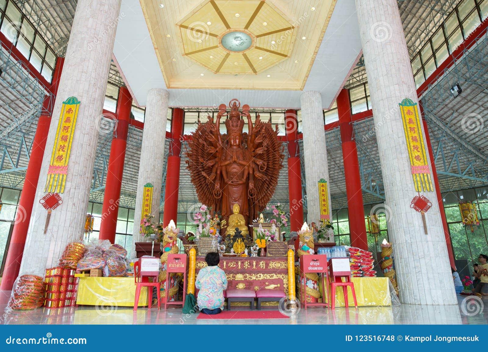 Petchburi/Thaïlande - 29 juillet 2018 : Grand bois sculpté par Guan Yin de Mille-main en Thaïlande