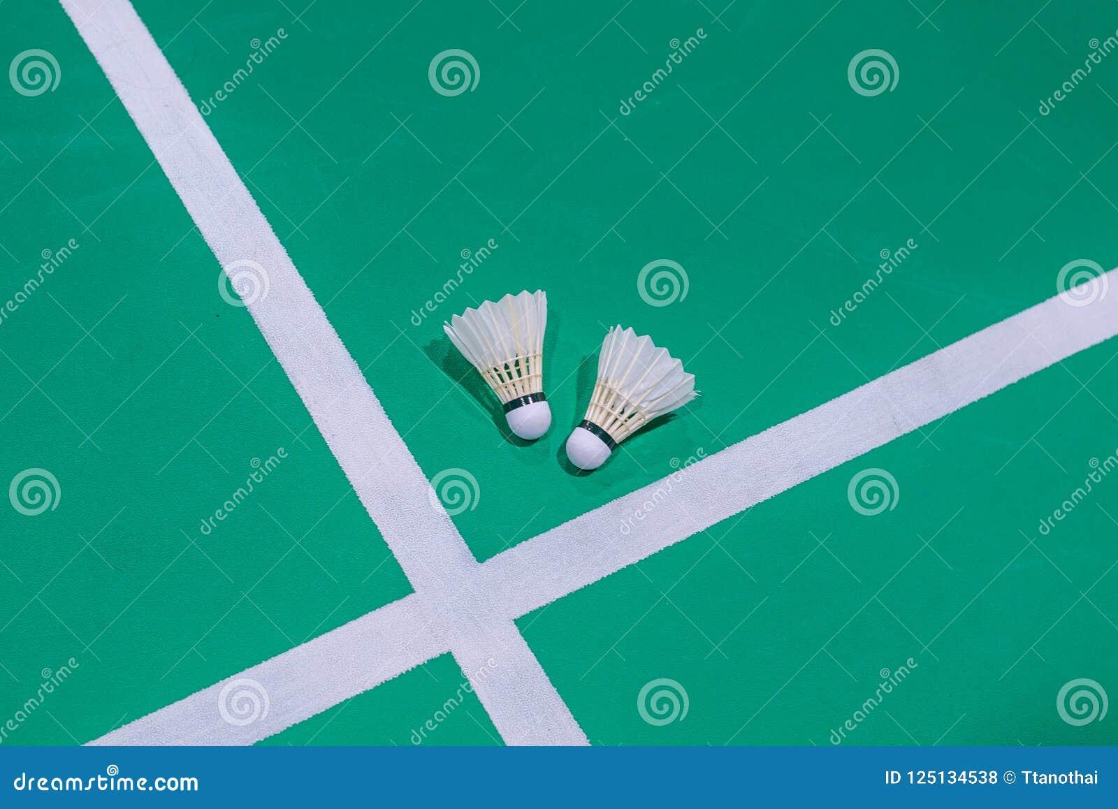 Peteca do badminton do close up na corte verde