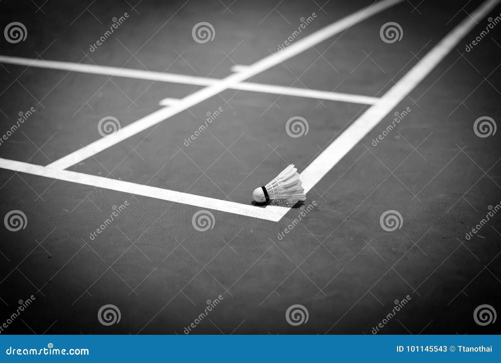 Peteca do badminton na corte, tom preto e branco