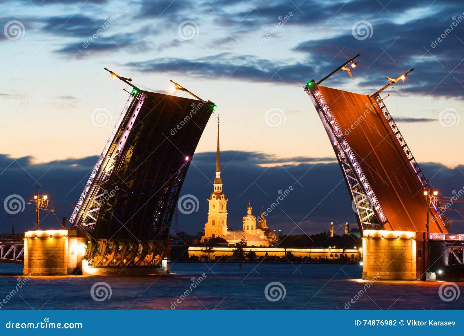 Peter e Paul Cathedral no alinhamento da ponte diluída do palácio na noite branca St Petersburg