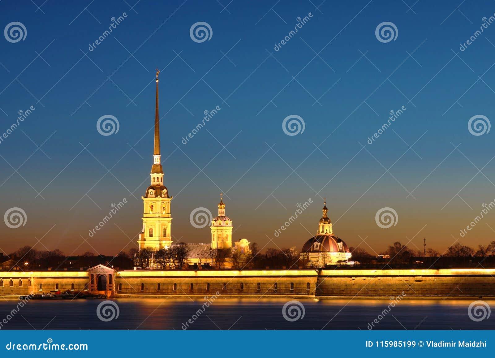 Peter y Paul Fortress de St Petersburg, Rusia en los rayos del sol poniente