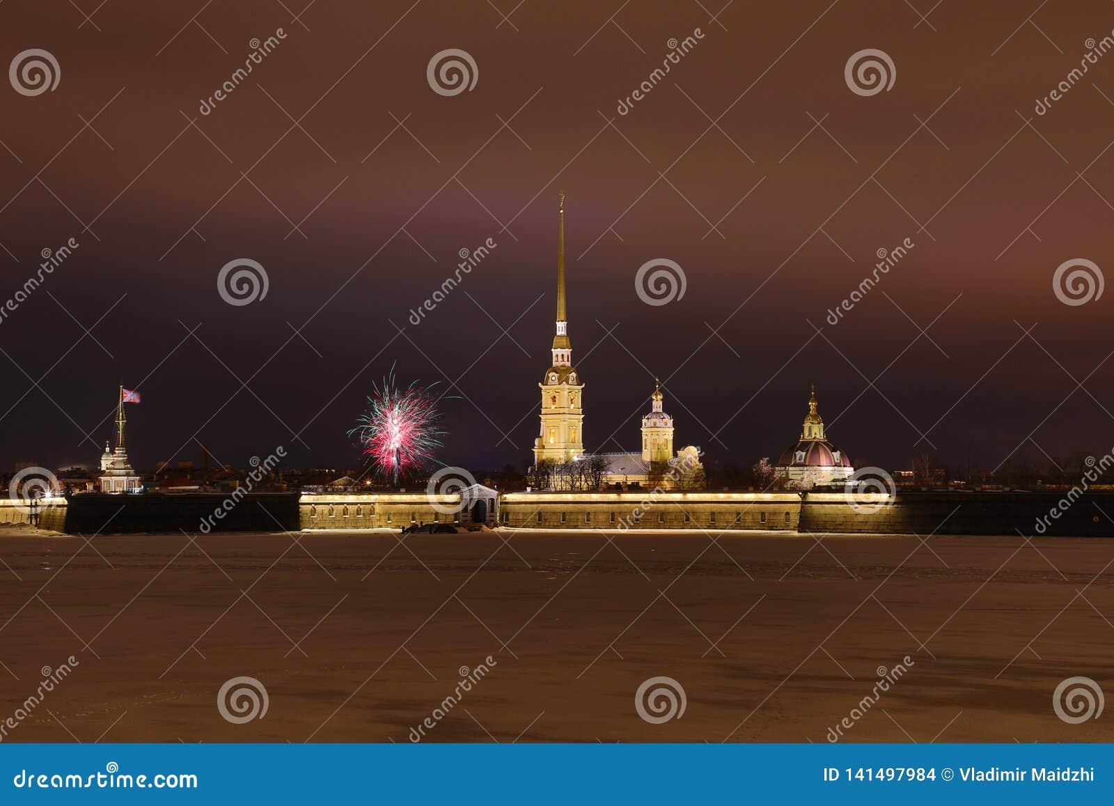 Peter y Paul Fortress de St Petersburg, Rusia por la tarde o en la noche y el río de Neva cubiertos con el hielo y la nieve en t