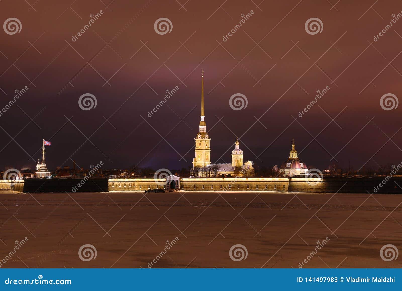 Peter y Paul Fortress de St Petersburg, Rusia por la tarde o en la noche y el río de Neva cubiertos con el hielo y la nieve