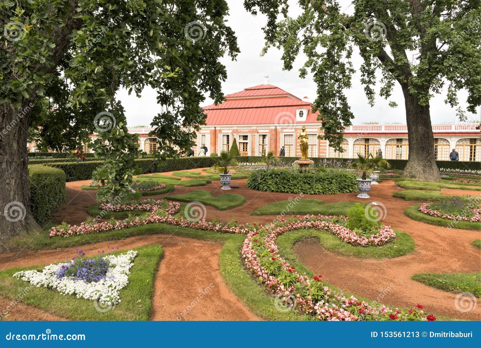 Petergof, Rússia, em julho de 2019 Próprio jardim de Peter i no palácio de Monplaisir no parque mais baixo