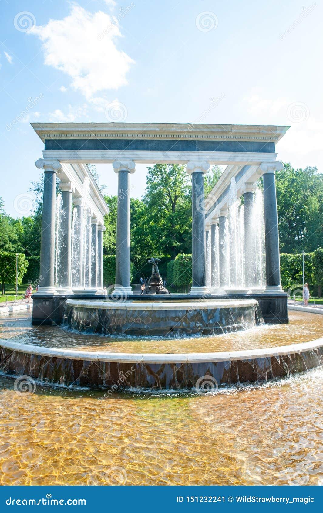Peterhof, Świątobliwy Petersburg, federacja rosyjska, Czerwiec 06, 2019: Lew kaskadowa fontanna