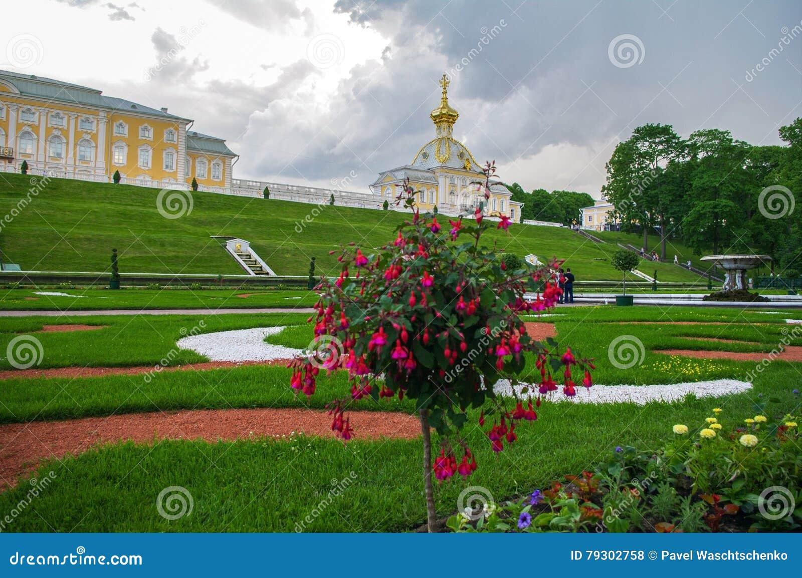 PETERHOF, święty PETERSBURG ROSJA, CZERWIEC, - 06, 2014: górny Parkowy pałac był zawrzeć w UNESCO światowego dziedzictwa liście