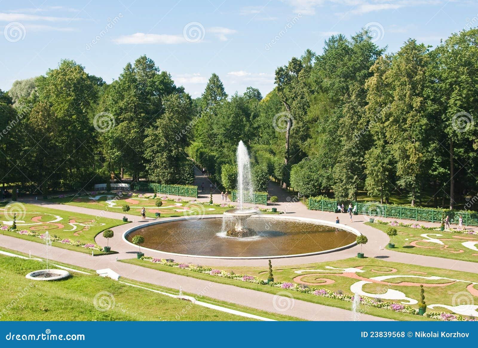 Peterhof för park för bunkespringbrunn lägre