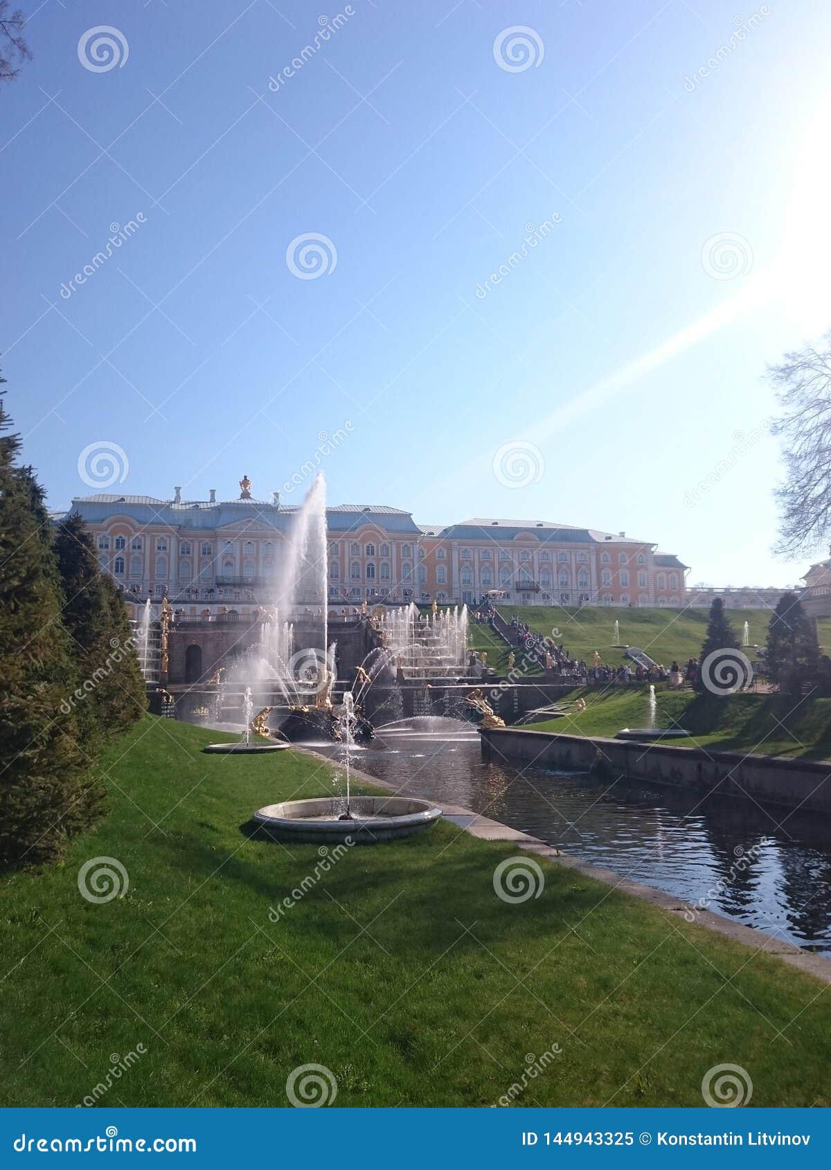 PETERHOF, R?SSIA, cascata grande em Pertergof, St Petersburg os conjuntos os maiores da fonte Lente larga do ?ngulo e exposi??o l