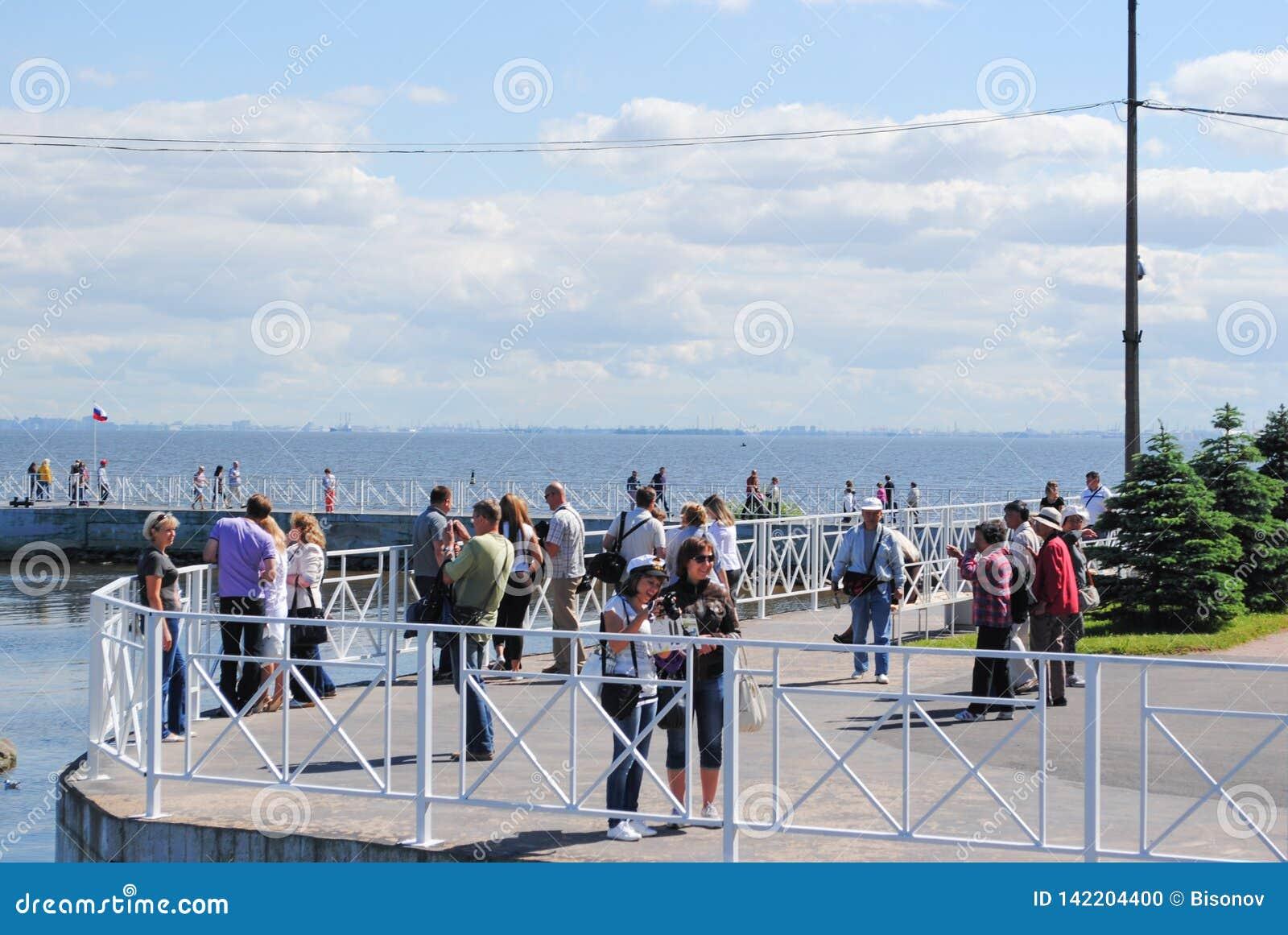 PETERHOF ROSJA, LIPIEC, - 01, 2011: Turyści które żeglowali Petergof na statku są na molu