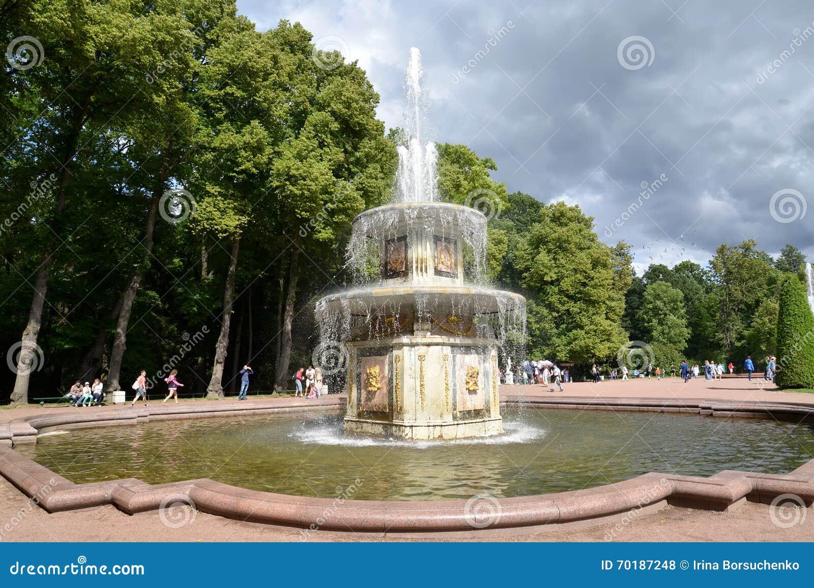 Peterhof russia Den romerska springbrunnen i Nizhny parkerar