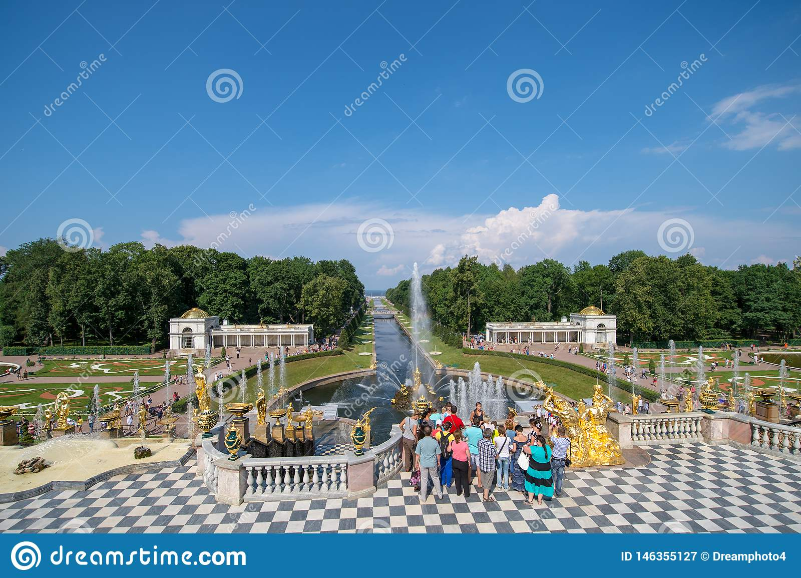 PETERHOF, RUSSIA, grande cascata in Pertergof, St Petersburg i più grandi insiemi della fontana nel mondo, comprendente