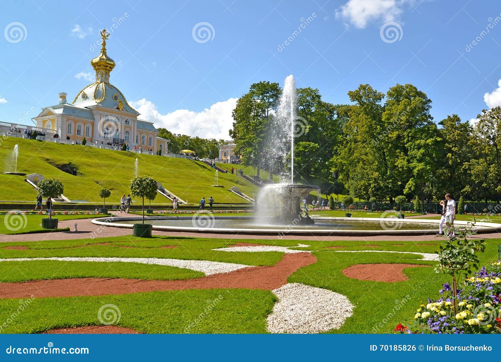 Peterhof russia Sikt av förrådsrummet för bunkespringbrunn- och museumsakkunnig