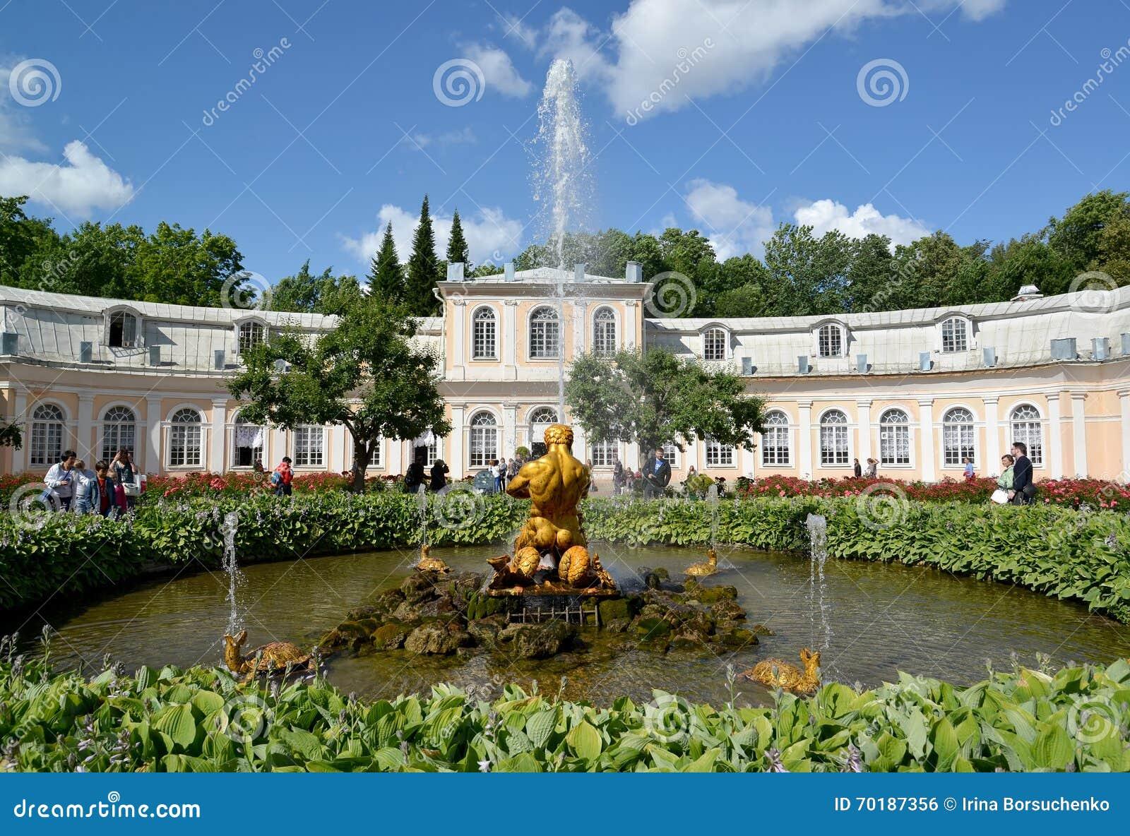 Peterhof russia Tritonen som bryter av en mun till en springbrunn för havsmonster