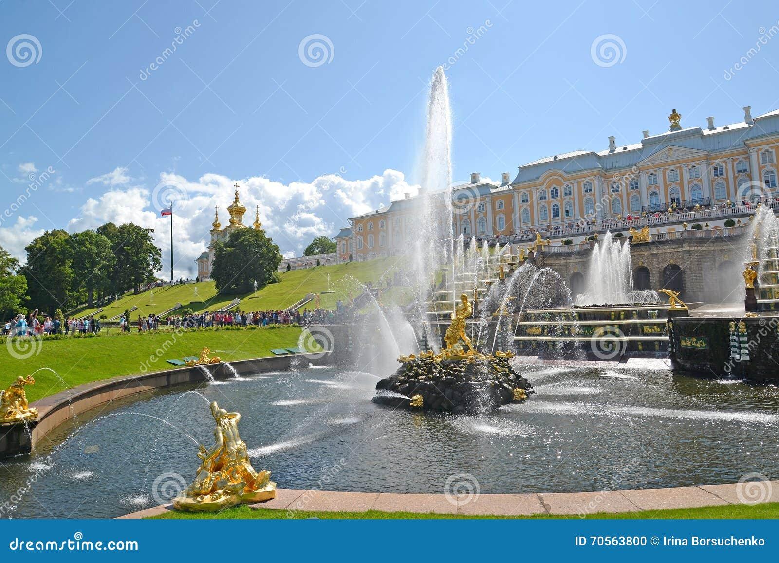 Peterhof Russia Widok Samson Który Drzeje Oddzielnie lwa usta fontannę Dużą kaskadę i obniża parka