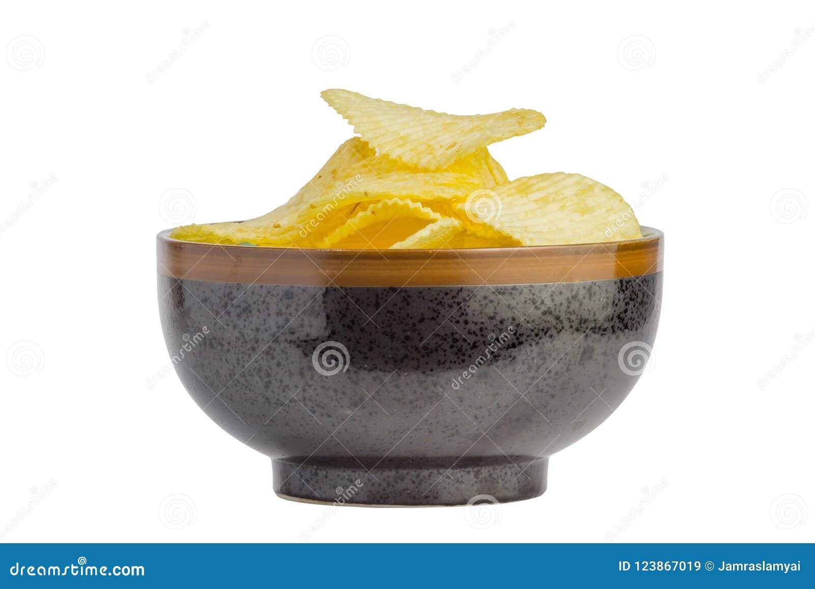Petisco fritado das microplaquetas de batata na bacia isolada no fundo branco, comida lixo O arquivo contem um trajeto de grampea