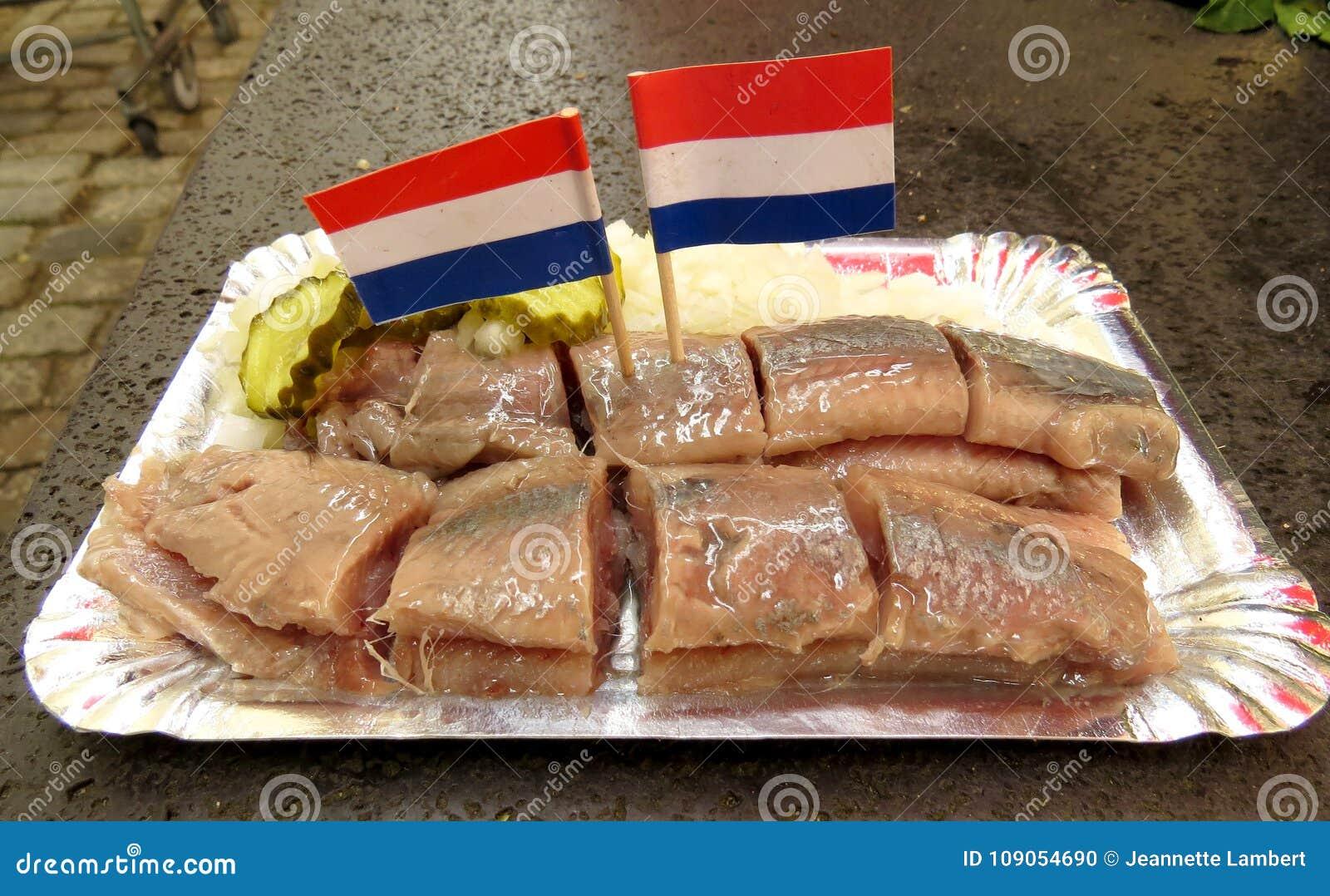 Petisco holandês dos arenques com bandeiras