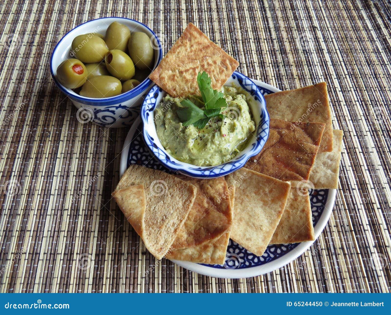 Petiscos com azeitonas e hummus