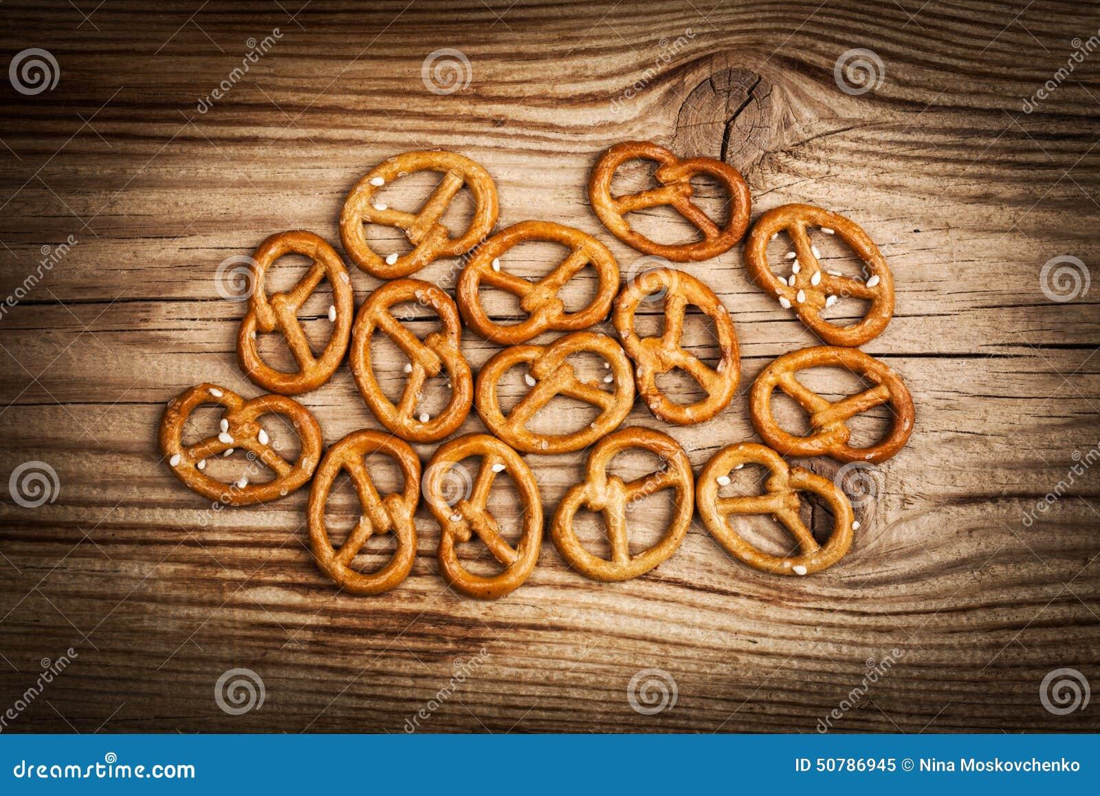 Petiscos salgados do pretzel