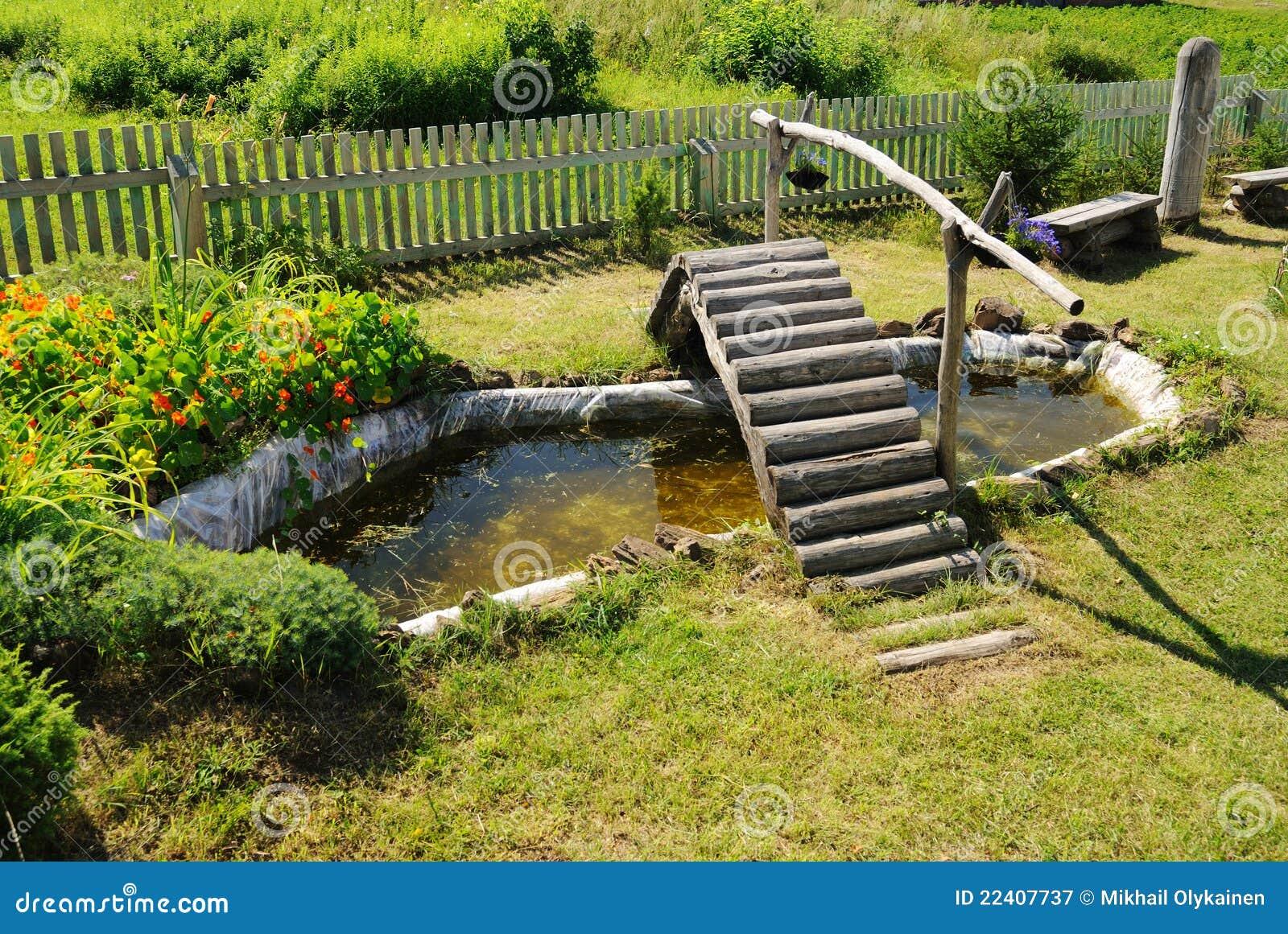 Petit tang de jardin avec la passerelle en bois for Etang jardin